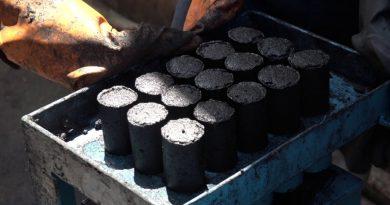 En images : Des jeunes de Bukavu transforment les déchets organiques en briquettes écologiques