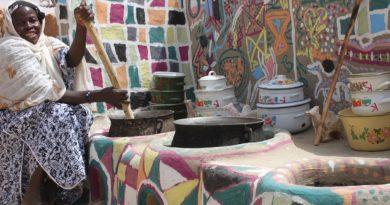 BURKINA FASO : LES FEMMES FABRIQUENT DES CUISINIÈRES SPÉCIALES POUR PRÉSERVER LES FORÊTS